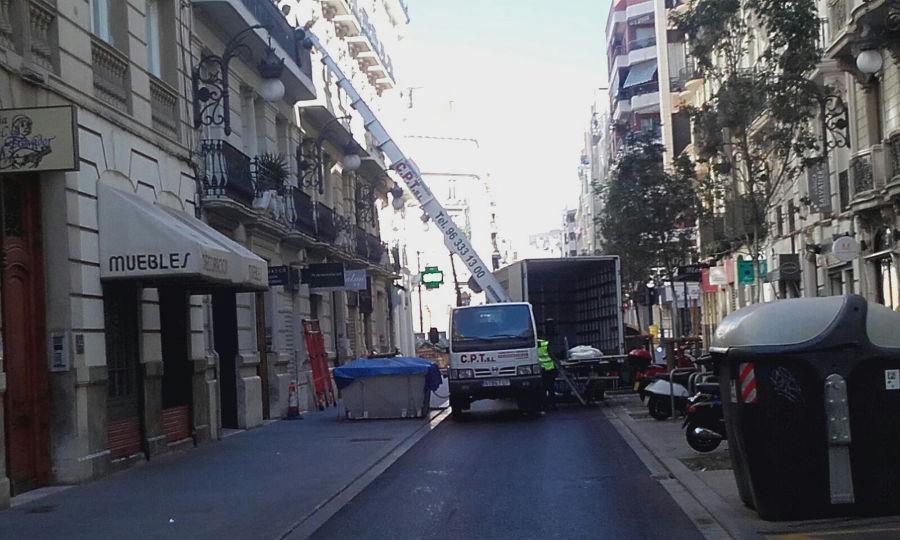 Empresa de Mudanzas Valencia CPT realiza traslado con corte de calle y desvío autobus EMT