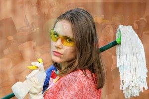 imagen de una mujer preparada para realizar una limpieza del hogar.
